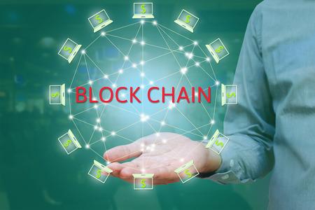 Blockchain Netzwerk gegen Doppelbelichtung Konzept. Unternehmer zeigen auf der Hand, Block Kette Text und verteilte Verbindung mit abstrakten Hintergrund Standard-Bild - 66365902