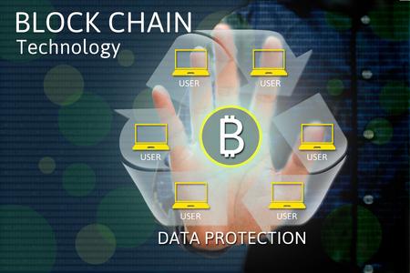 Concepto de red de cadena de bloque y bitcoin iconos, doble exposición de la mano que muestra el diagrama de la palabra como concepto. Foto de archivo - 66366691