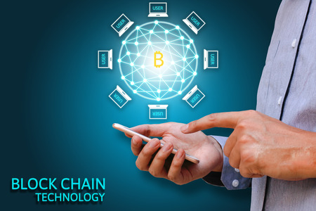 Blockchain concepto de tecnología, negocios que sostiene teléfono inteligente y diagrama de sistema virtual Bitcoin y protección de datos.