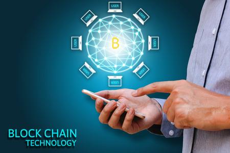 Blockchain technologie concept, Zakenman die smartphone en virtueel systeem diagram Bitcoin en gegevensbescherming. Stockfoto