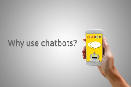 Chatbot concepto. Hombre que sostiene el teléfono inteligente y el uso de chat. Foto de archivo - 66367304