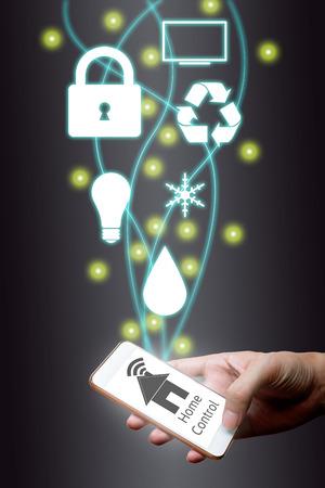 Hombre que usa el teléfono inteligente de Internet de las cosas concepto. control en el hogar en línea y el sistema de automatización del hogar. Foto de archivo - 66366102