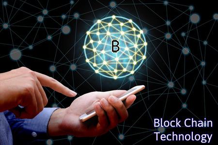 Blockchain concepto de tecnología, negocios que sostiene teléfono inteligente y diagrama de sistema virtual Bitcoin y el fondo de la red.