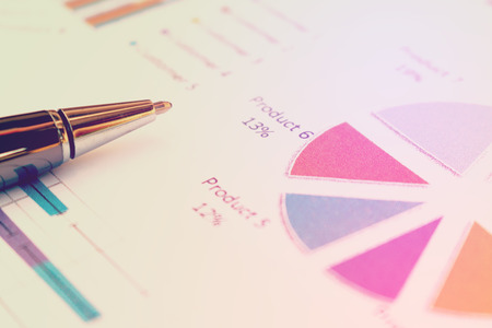 cuadro sinoptico: Cierre de concepto de negocio, la pluma es el informe de síntesis en el papeleo en la oficina de mesa.