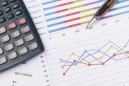 Draufsicht, Close up Business-Konzept, Pen ist auf Zusammenfassung Bericht und Taschenrechner auf Tisch Büro. Standard-Bild - 66367083