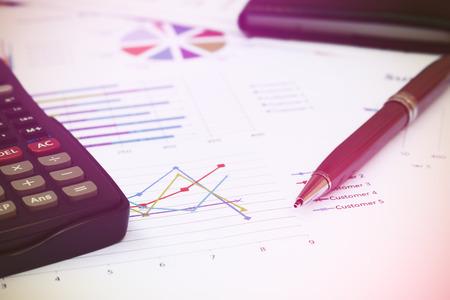 cuadro sinoptico: Cierre de la pluma es el informe de síntesis y la calculadora en la oficina de mesa.