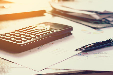 cuadro sinoptico: Close up business concept, Pen on summary report and calculator on table office. Foto de archivo