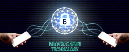 Blockchain concepto de tecnología, Dos empresario sosteniendo smartphone y diagrama de sistema virtual Bitcoin protección y binario de fondo.