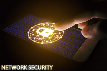 Concepto de red de seguridad cibernética, Hombre utilizando teléfono inteligente con pantalla de red de bloqueo virtual. Foto de archivo - 68565858