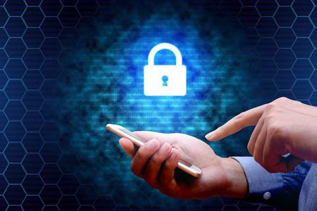 Concepto de seguridad cibernética. Empresario utilizando el teléfono inteligente con el icono de red de bloqueo. Foto de archivo - 73249909