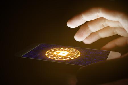 Concepto de seguridad cibernética, uso de la mano de la mujer y la red de protección con pantallas virtuales en el teléfono inteligente. Foto de archivo - 73118151