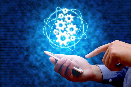 Industrie 4.0, concept industriel de l'Internet des choses avec l'homme à l'aide de téléphone intelligent et fond binaire.