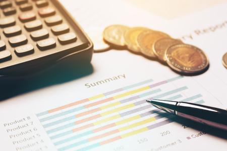 金融貯蓄の概念、書類上のビジネス機器。