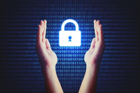 Concepto de seguridad cibernética, icono de bloqueo de protección de mano humana con fondo binario. Foto de archivo - 78250140