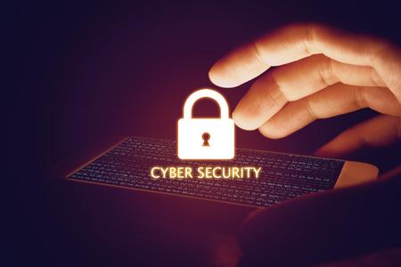 Concepto de seguridad cibernética, teléfono inteligente de mano hombre protección con el icono de bloqueo y pantalla virtual. Foto de archivo - 78396851