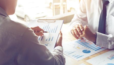 Enseñanza personal de negocios y buscando el presupuesto de información en el papeleo. Foto de archivo