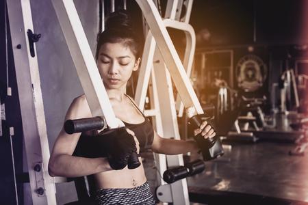Asia, mujer, hacer, empuje, arriba, entrenamiento, brazos, gimnasio, sano, Estilo de vida ...