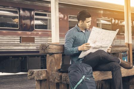 Asiático Hipster hombre inteligente buscando mapa para buscar lugares de viaje. Foto de archivo