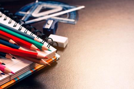 Lápiz de color en la mesa de estudiante y portátil con el concepto de educación.