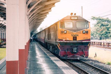 CHIANGMAI TAILANDIA - 29 DE JUNIO DE 2017: tren de locomotoras en la estación de Chiangmai.Train para transportar a la gente. Editorial