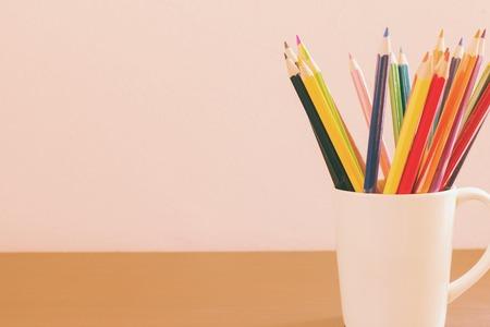 Lápices de colores con fondo de copia espacio.