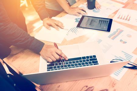 Corporativo de negocios de Asia la planificación de personas con el gráfico de negocios y el concepto de nuevo trabajo en equipo de inicio Foto de archivo