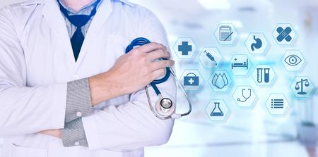 Doctor confiado que coloca y que sostiene el estetoscopio que trabaja en un hospital con el icono del cuidado médico. Foto de archivo