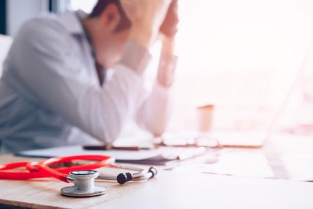 Emotie met jonge man arts uitgeput en hand in hand op het hoofd.
