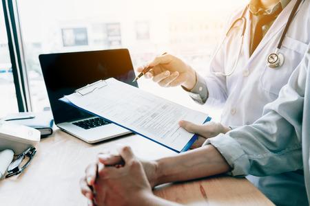 Arts die aan een hogere patiënt in een kliniek spreekt.