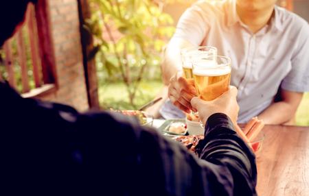 Después del tiempo de trabajo con dos hombres asiáticos bebiendo cerveza.