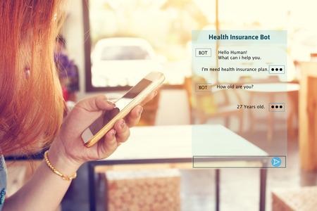 Vrouw chatten met automatische bot op smartphone en praten over raadpleging ziektekostenverzekering. Stockfoto - 90141891