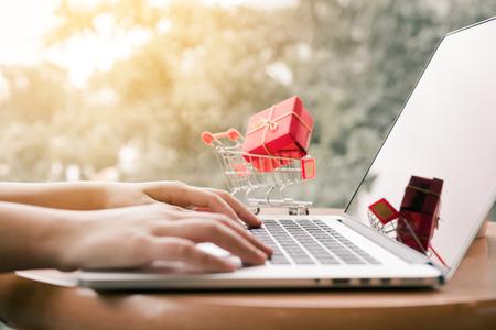 Concepto de compras en línea con mano de mujer escribiendo teclado de la computadora. Foto de archivo