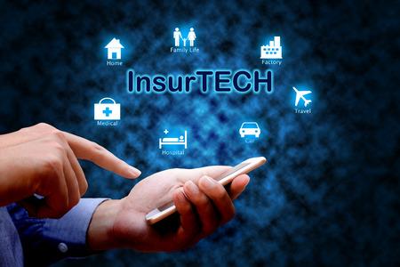 Insurance technology (Insurtech) concept, menselijke hand met smartphone. Stockfoto