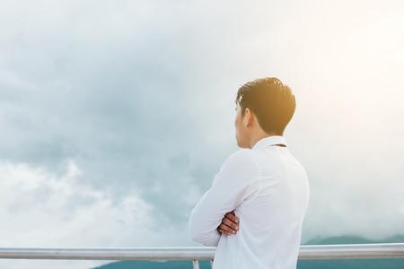 Hombre empleado mirando el cielo y pensando en el futuro.
