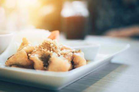 Pescado caliente frito en el plato en el restaurante. Foto de archivo