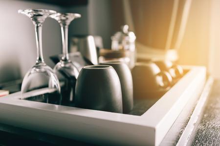 Taza de café que coloca en una pequeña mesa de madera en la habitación.