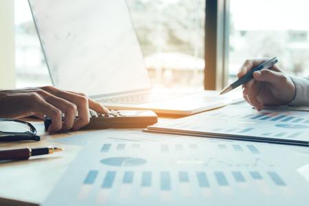 Geschäftsleute, die zusammenarbeiten und zusammenfassendes Berichtsdiagramm der Analyse auf Tabelle am Büroraum.