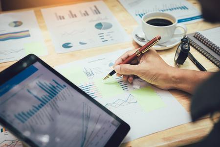 タブレットでグラフを見て粘着性に注意を払うビジネスマン。