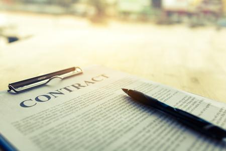 Contract paper with pen on desk. Foto de archivo - 115915457