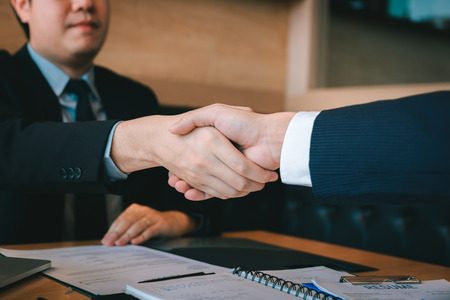 Business people accept or confirm project on the proposal and join shaking hands at office. Foto de archivo - 115915642