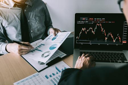 Les investisseurs ont souligné les résultats d'exploitation de l'entreprise, puis ont partagé les résultats et les ont enregistrés dans le cahier au bureau.