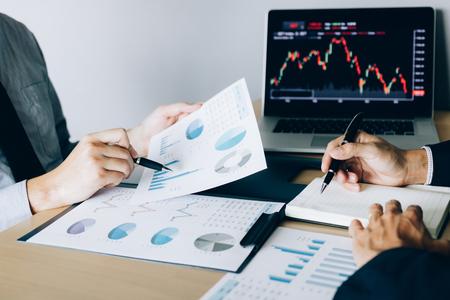 Gli investitori hanno indicato i risultati operativi dell'azienda e poi hanno condiviso i risultati e li hanno registrati nel taccuino in ufficio.