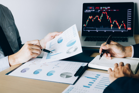 Inwestorzy wskazywali na wyniki operacyjne spółki, a następnie dzielili się wynikami i zapisywali w zeszycie w biurze.
