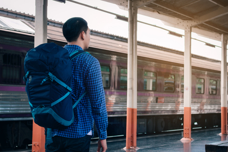 Young asian hipster man standing and waiting train on platform. Foto de archivo - 120431014