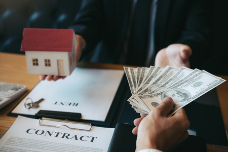 Businessman handed the money new home and real estate trading concepts. Foto de archivo - 120431190