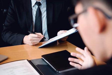 Confident caucasian manager interviews talking with a client prospective male employee. Foto de archivo - 120431234