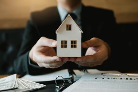 Immobilienverkäufer geben den Kunden das künstliche Zuhause. Standard-Bild