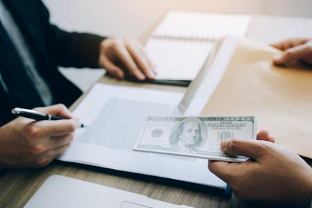 Werknemers doen corruptie door vies geld te geven aan het ondertekenen van een contract.
