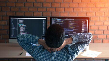 Softwareentwickler entspannen sich von der harten Arbeit in seinem Büro.