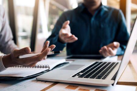 Twee zakenlieden twisten over het verkeerde financiële budget van het bedrijf en delen de juiste analyse.